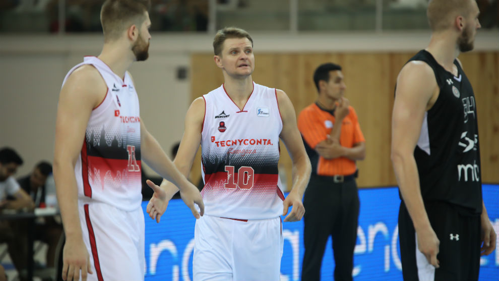 Renaldas Seibutis choca su mano con Nemanja Radovic