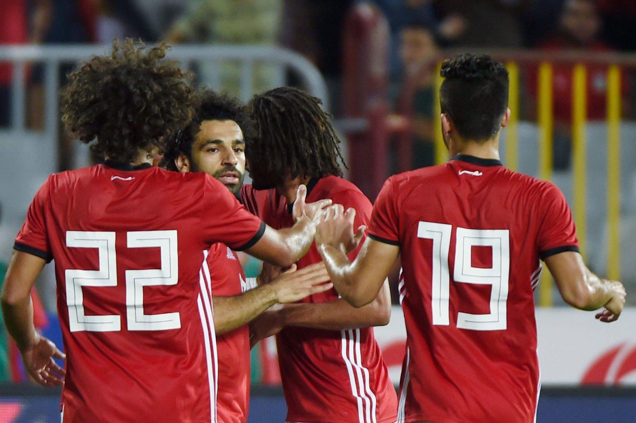 Salah celebra su segundo gol con sus compañeros
