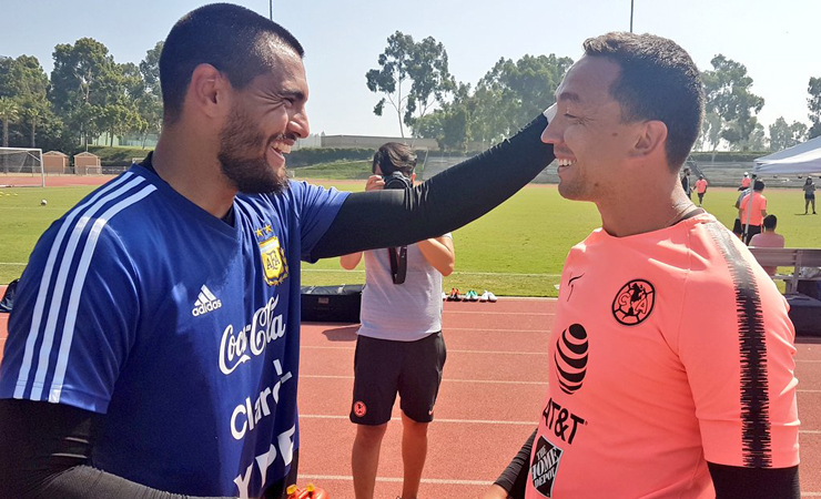 Agustín Marchesín saluda a su compatriota, Sergio Romero