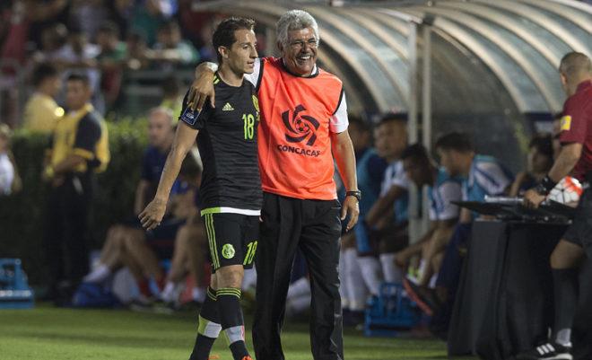 Ricardo Ferretti sonríe mientras acompaña a Andrés Guardado