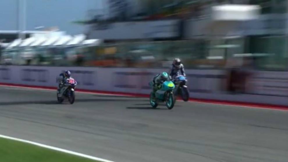 Lorenzo Dalla Porta, justo por delante de Jorge Martín en la meta de...