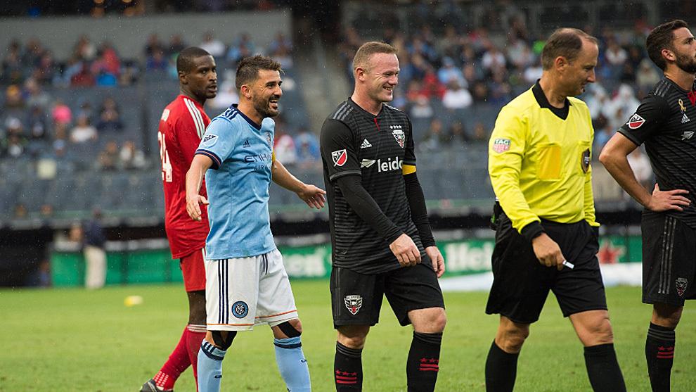David Villa y Wayne Rooney durante el partido