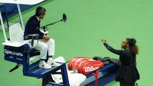 Serena Williams dialogando con Carlos Ramos, el juez de silla de la...