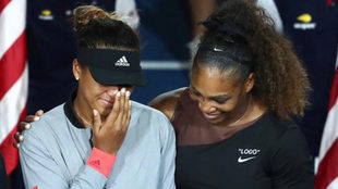 Serena Williams abraza a Osaka durante los abucheos del público.