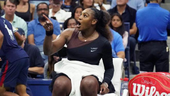 Serena Williams quejándose al juez de línea durante la final del US...