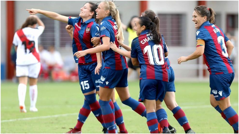 El Levante femenino celebra el gol ante el Rayo Vallecano