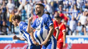 Bastón celebra un gol con el Alavés