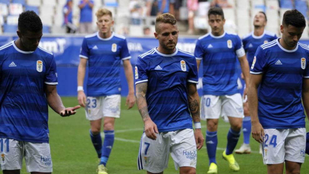 Los jugadores del Oviedo, cabizbajos tras el partido ante el Zaragoza.