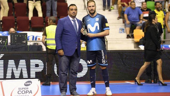 Solano, con el trofeo de MVP del partido.