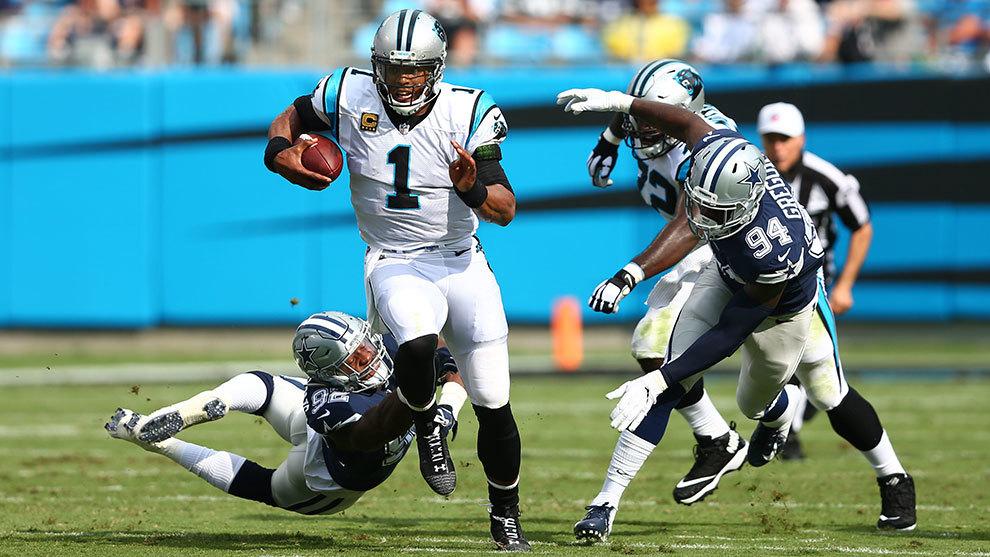 Cam Newton corre ante Dallas.