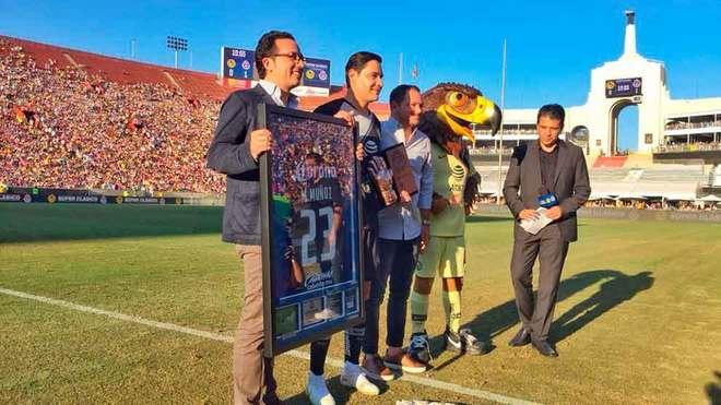Santiago Baños y Mauricio Culebro entregan un presente a Moisés...