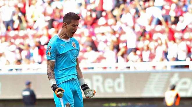 Gudiño festeja un gol rojiblanco en el Estadio Akron.