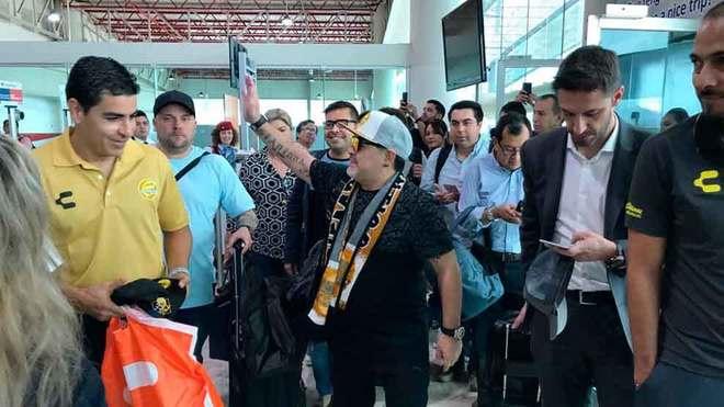 Maradona en su arribo al Aeropuerto de Culiacán.