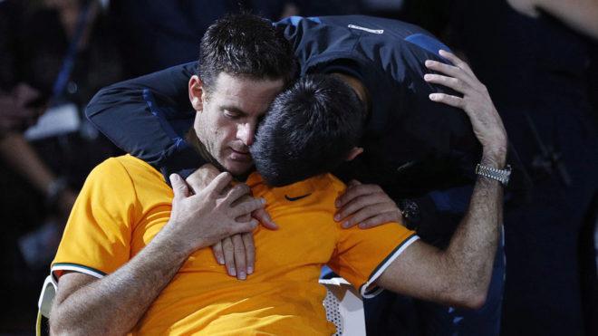 Djokovic abraza a Del Potro tras la final.
