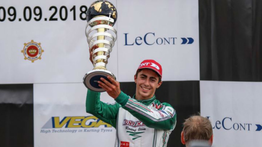David Vidales, celebrando su tercer puesto en el podio