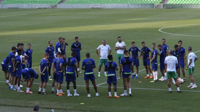 Técnicos y jugadores, antes de un entrenamiento.