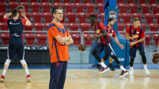 Pedro Martínez dirigiendo un entrenamiento del Kirolbet Baskonia en...