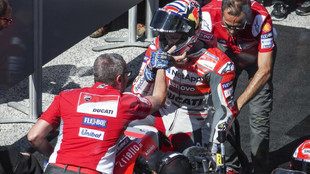 Andrea Dovizioso, recibido por los miembros de Ducati tras su victoria...