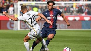 Rabiot recorta a Tait durante el partido del PSG contra el Angers