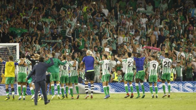 Los jugadores del Betis celebran con su afición el triunfo en el...