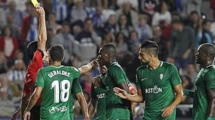 Sagues Oscoz amonesta a Cofie y los jugadores del Sporting protestan