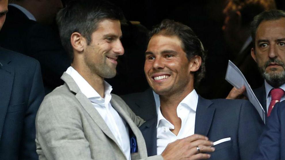 Novak Djokovic y Rafa Nadal, saludándose