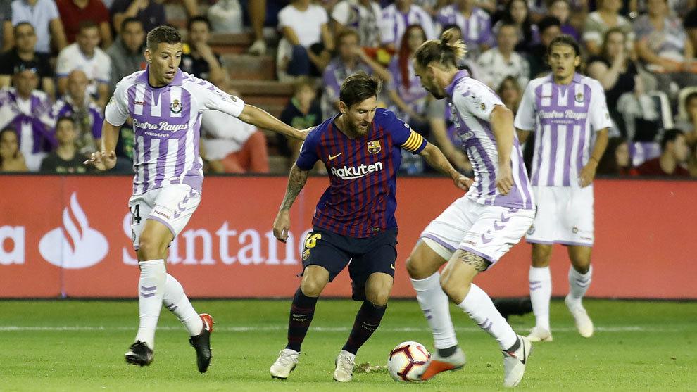 Messi defendido por jugadores del Valladolid.