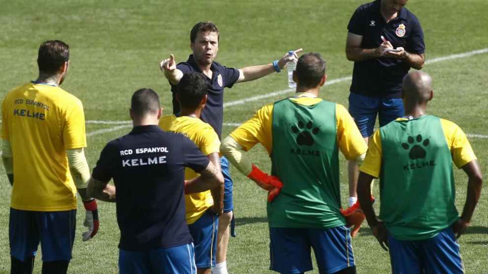 Rubi da instrucciones, durante una sesión de entrenamiento