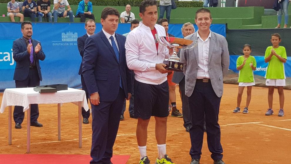 Nicolás Almagro, con el trofeo de campeón