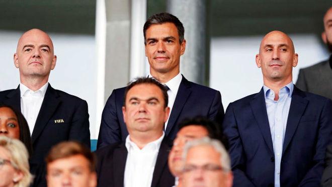 Infantino, Sánchez y Rubiales, en el palco de Vannes, donde se jugó...