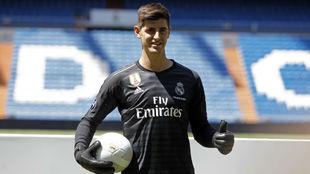 Courtois posa en el Bernabéu durante su presentación