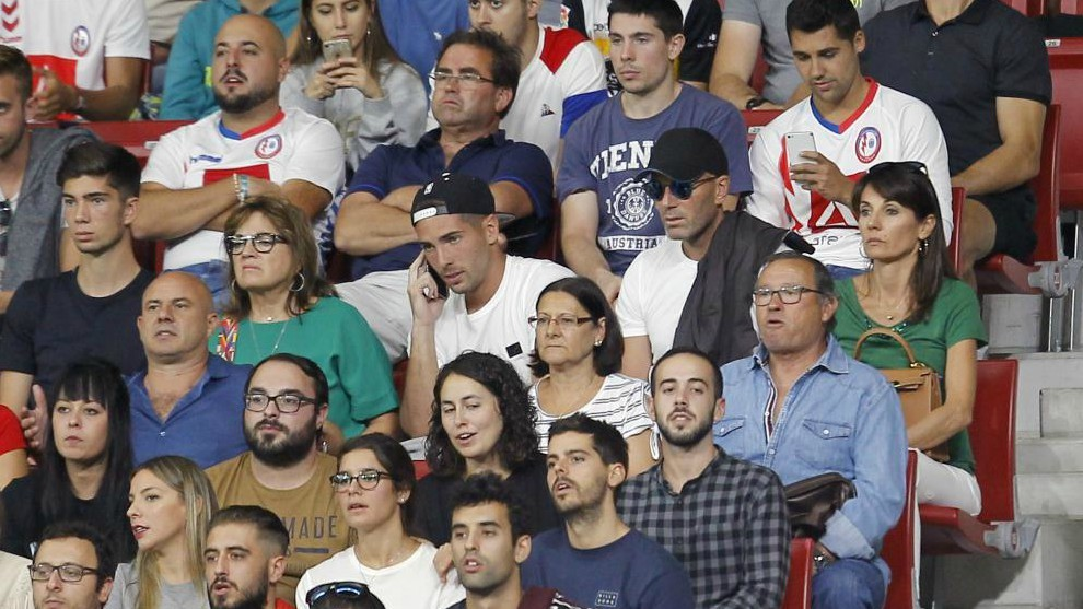 Zidane en el Wanda Metropolitano viendo el partido de su hijo Enzo con...