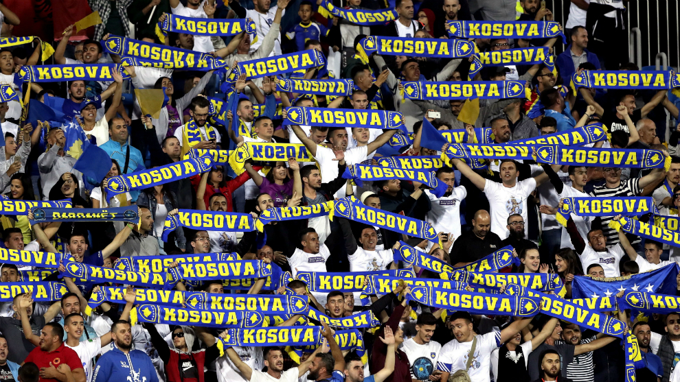 Los aficionados kosovares celebran la victoria