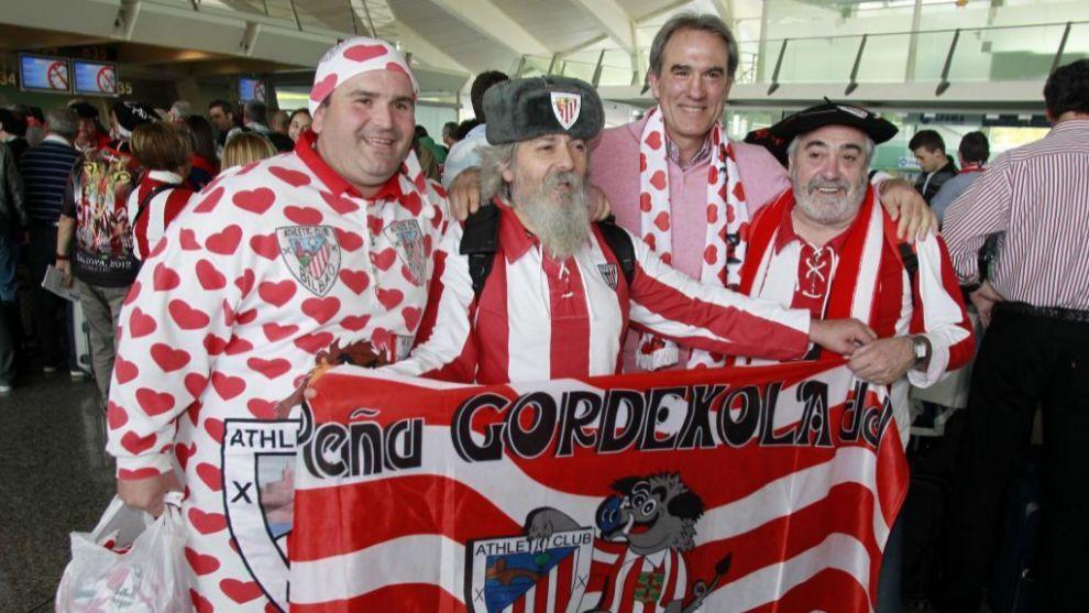 Andoni Goikoetxea posa con aficionados rojiblancos en un viaje...