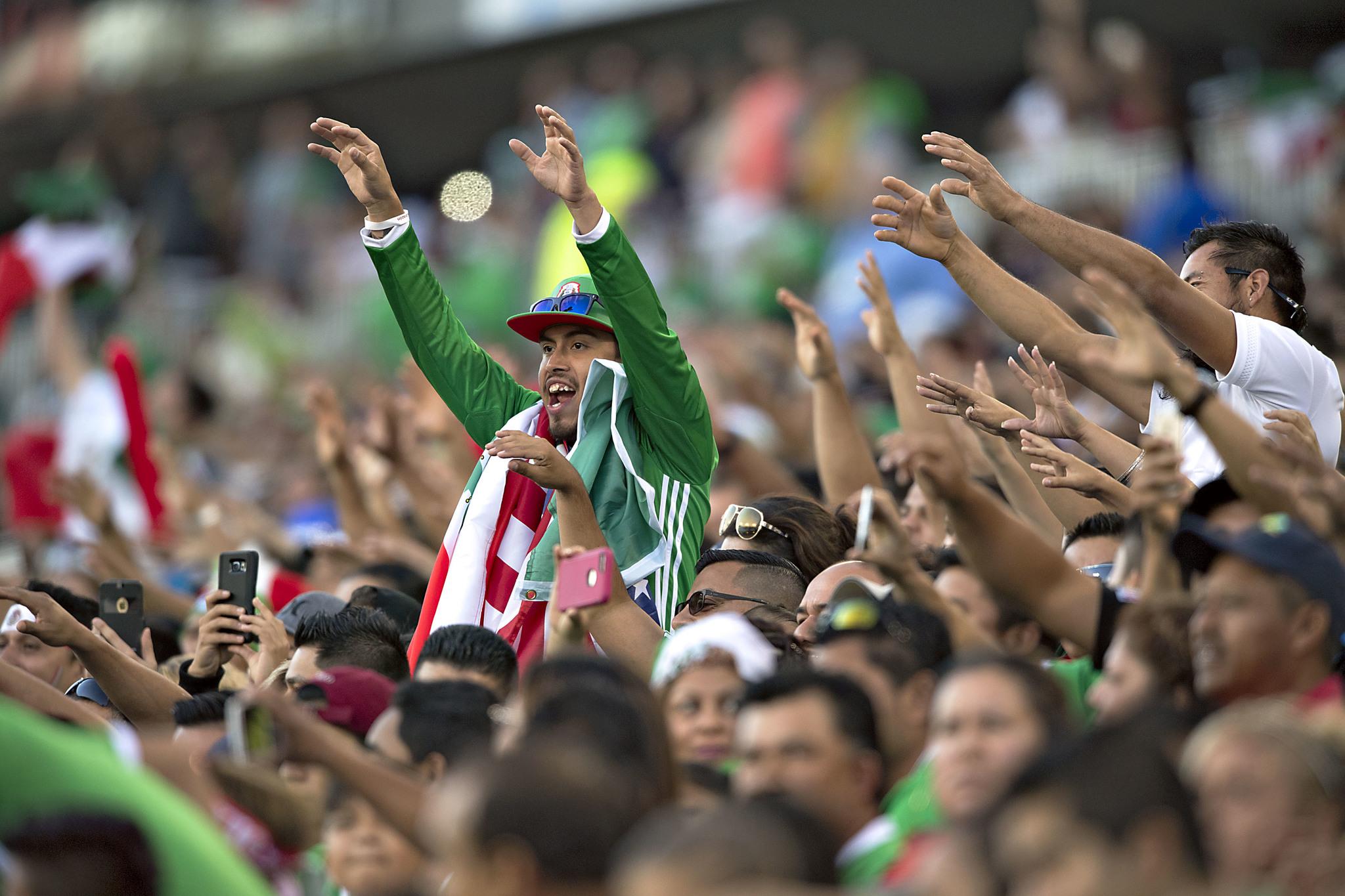 La afición mexicana durante el partido entre México y Nueva Zelanda...