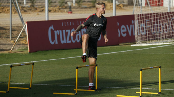Simon Kjaer hace un ejercicio en el entrenamiento de este martes.