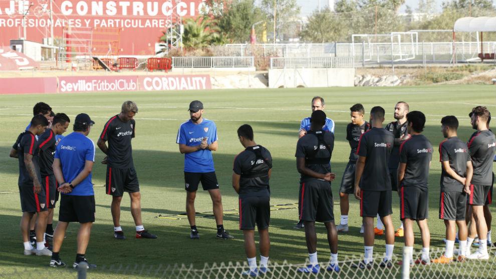 Pablo Machín da indicaciones a sus jugadores en el comienzo del...