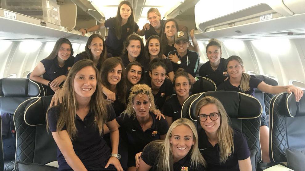 Las jugadoras del Barcelona posan en el avión rumbo a Kazajistán.