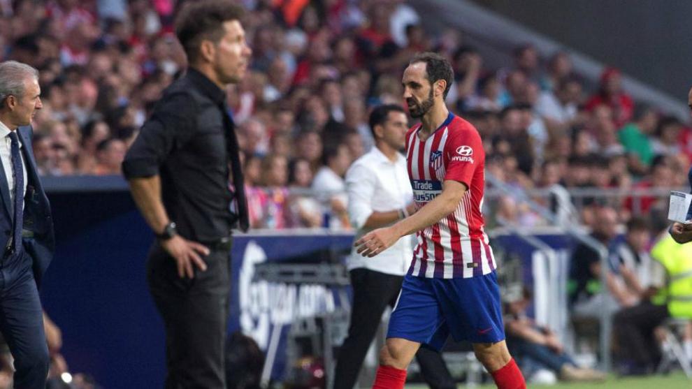 Juanfran se retira lesionado el día del partido ante el Rayo.