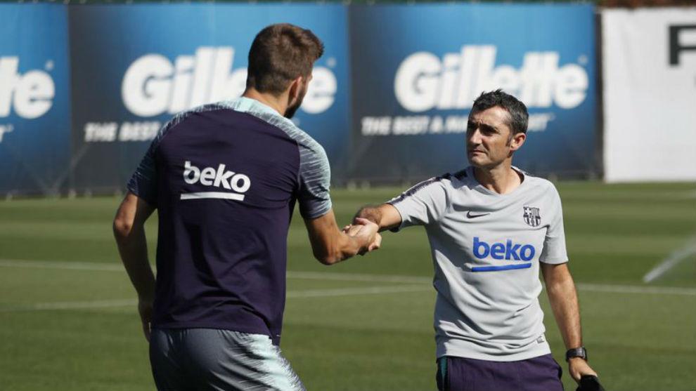 Piqué saluda a Valverde al comienzo de la sesión