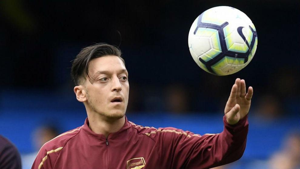Özil juega con el balón durante un calentamiento.