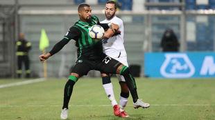 Kevin-Prince Boateng protege el esférico ante Biraschi, del Genoa.