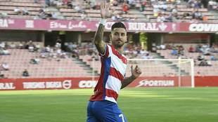 Vadillo saluda durante la presentación del Granada ante el Malaga en...