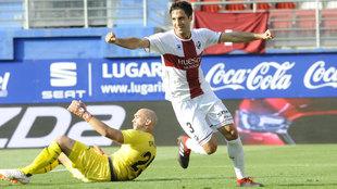 Etxeita celebrando uno de los goles que marcó el Huesca contra el...