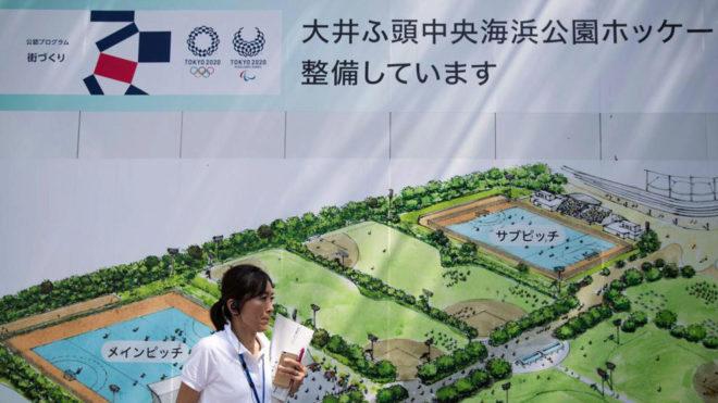Un miembro del comité organizador de Tokio 2020 con un mapa de la...