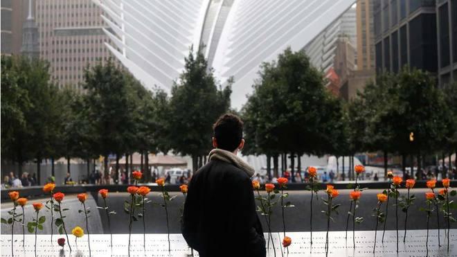 El memorial lució repleto de flores