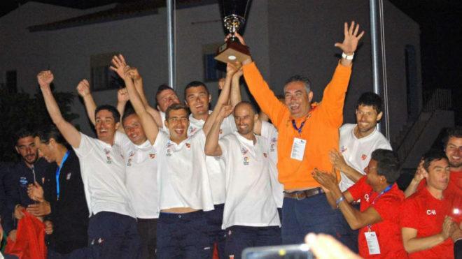 La selección masculina, campeona del mundo, con el trofeo.