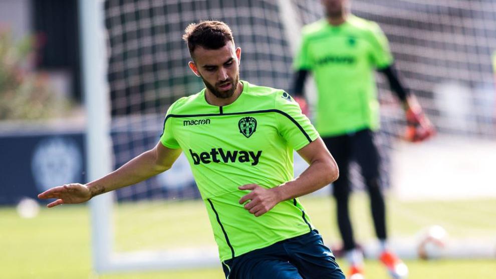 Borja Mayoral durante un entrenamiento con el Levante