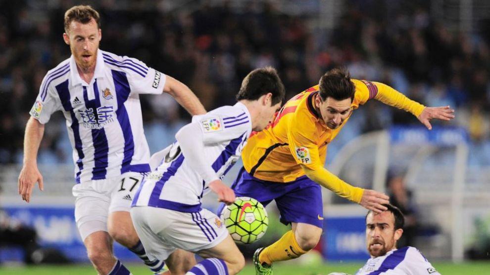 Messi es frenado por la defensa txuriurdin en la temporada 2015/2016.