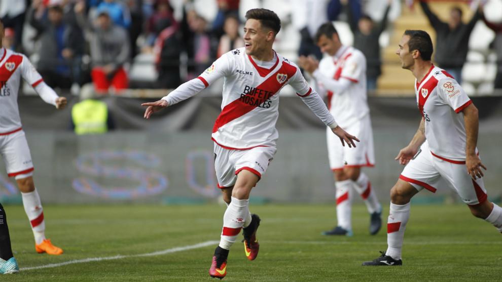 Álex Moreno, celebrando un gol con el Rayo Vallecano la pasada...